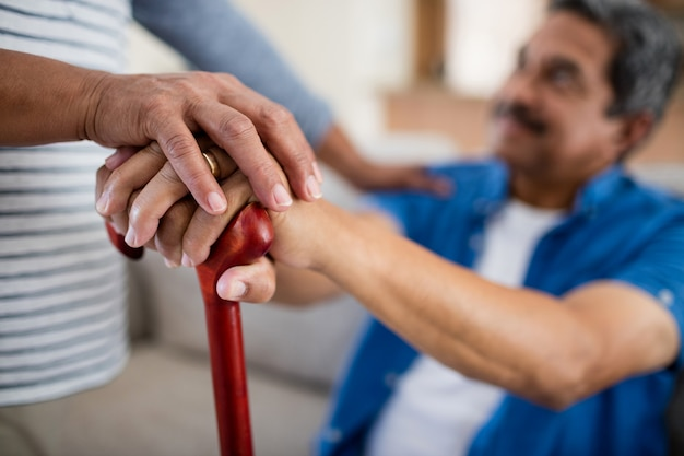Couples aînés, tenue, marche bâton