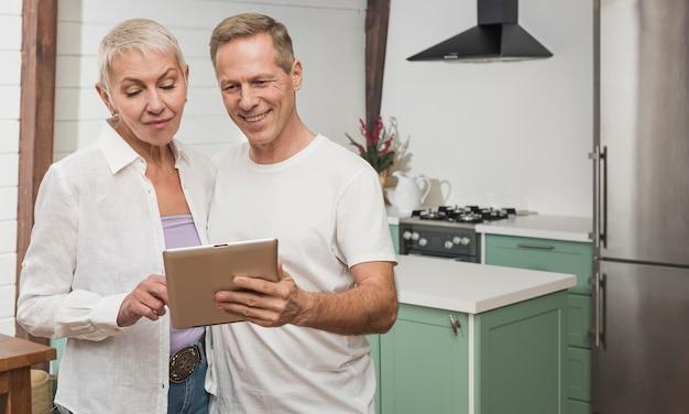 Couples aînés, tenue, a, tablette