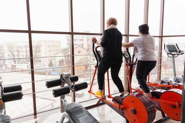 Couples aînés, travailler, bicyclette