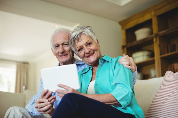 Couples aînés, utilisation, tablette numérique, dans, salle de séjour
