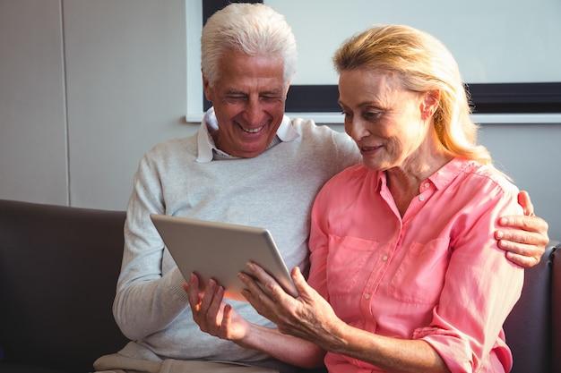 Couples aînés, utilisation, a, tablette numérique