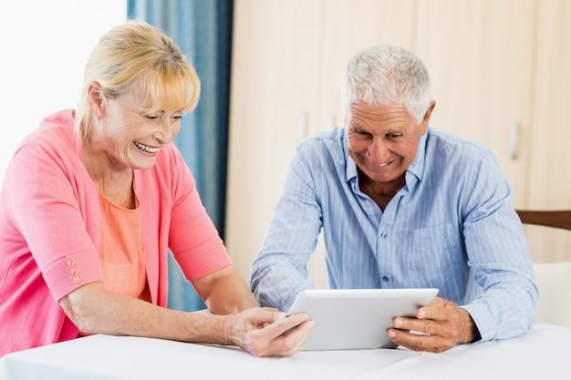 Couples aînés, utilisation, a, tablette