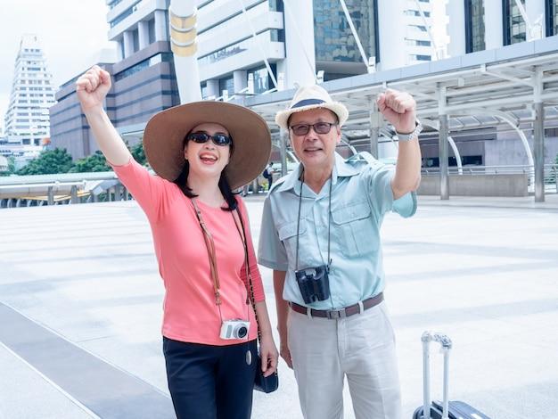 Couples aînés voyagent en ville