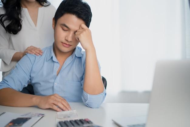 Les couples asiatiques stressent leurs factures de revenus mensuels.