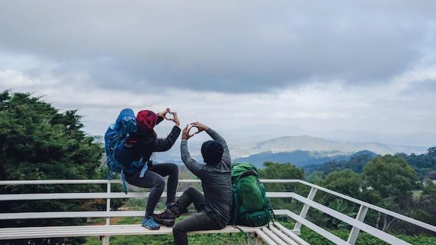 Les couples asiatiques voyagent la nature sur les montagnes en hiver. voyage détendez-vous. paysage naturel au doi inthanon en thaïlande.