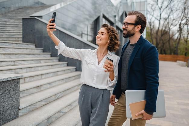 Couples attrayants d'homme et de femme prenant la photo