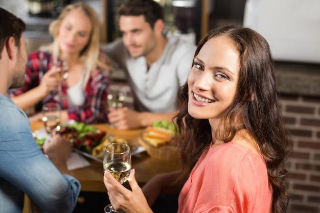 Couples buvant du vin blanc