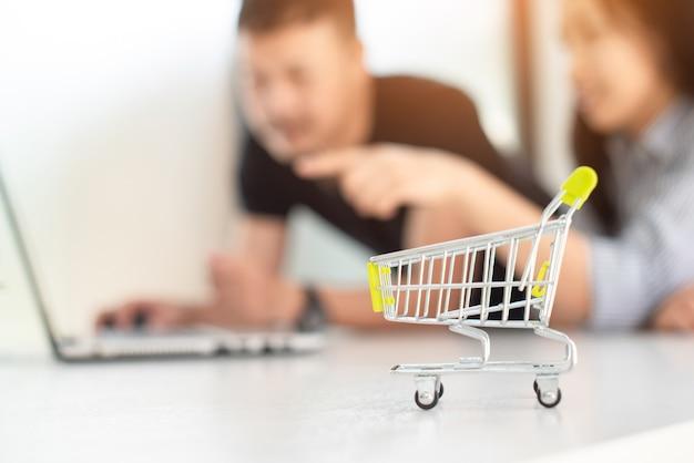 Les couples choisissent de magasiner en ligne