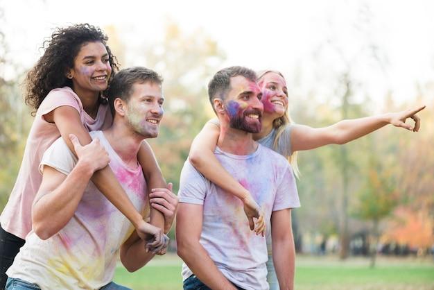 Couples colorés posant en pointant loin