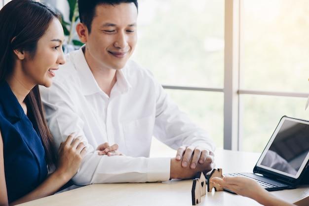 Les couples commencent leur mariage en achetant un bien immobilier