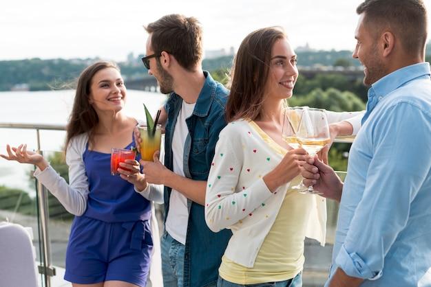 Couples discutant lors d'une fête en terrasse