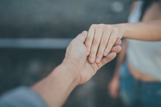 Les couples ferment la poignée de main.