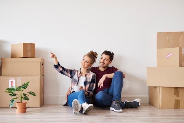 Couples heureux faisant des plans pour l'amélioration de l'habitat