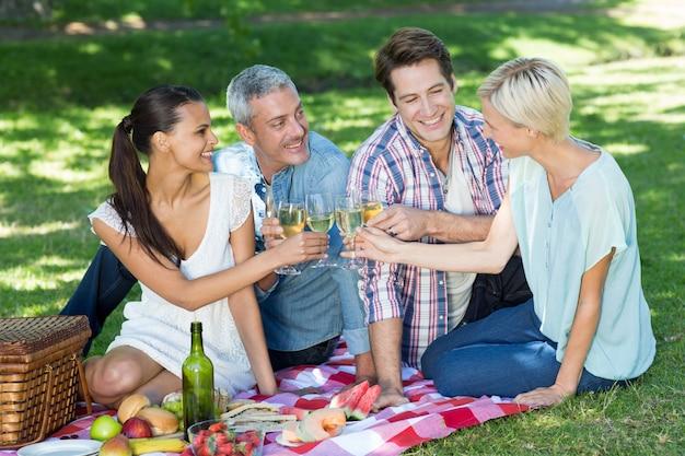 Couples heureux grillage au parc