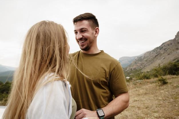 Couples heureux homme et femme touristes dans les montagnes