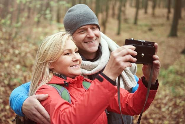 Couples heureux prenant une photo d'eux-mêmes