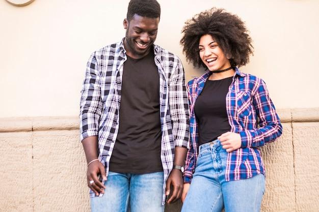 Couples heureux riant et appréciant la relation
