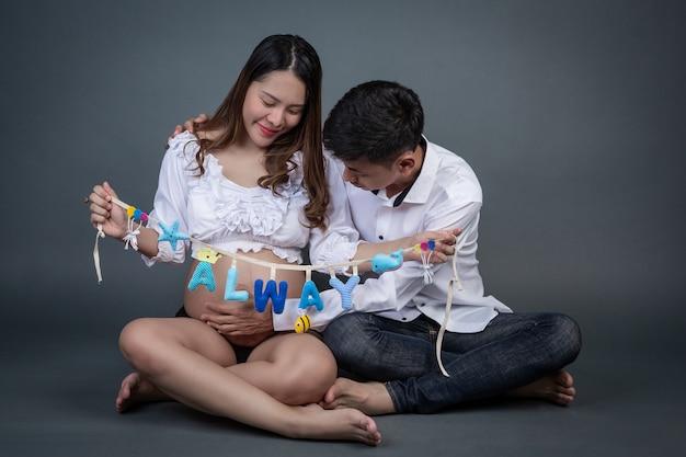 Couples, hommes et femmes qui vont avoir des enfants