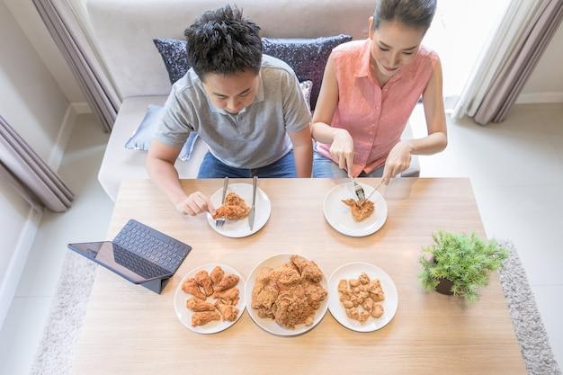 Couples mangent ensemble