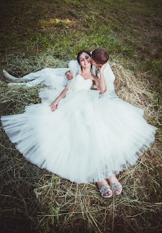 Les couples de mariage s'embrassent et sourient en plein air
