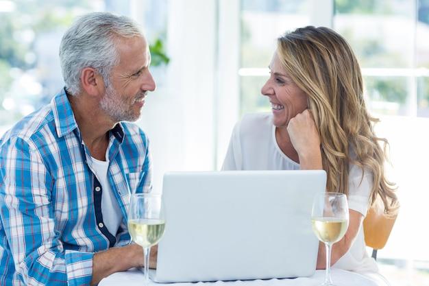 Couples mûrs, conversation, quoique, séance table
