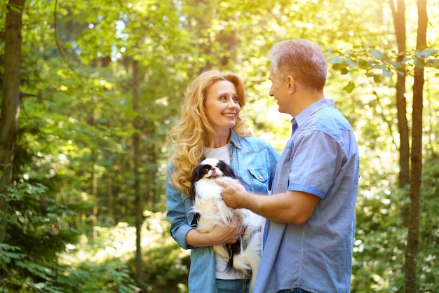 Couples mûrs, marche, à, chien, dans parc