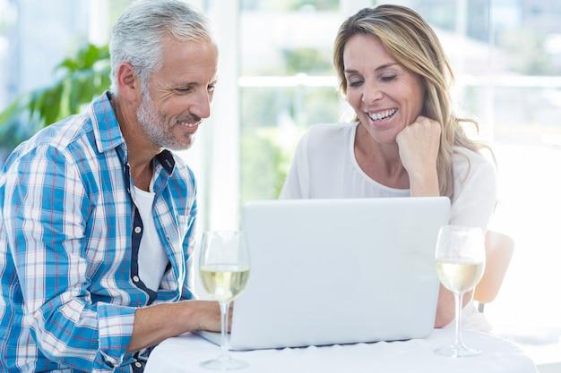 Couples mûrs, portable utilisation, table