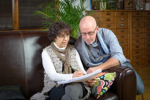 Couples mûrs, regarder livre