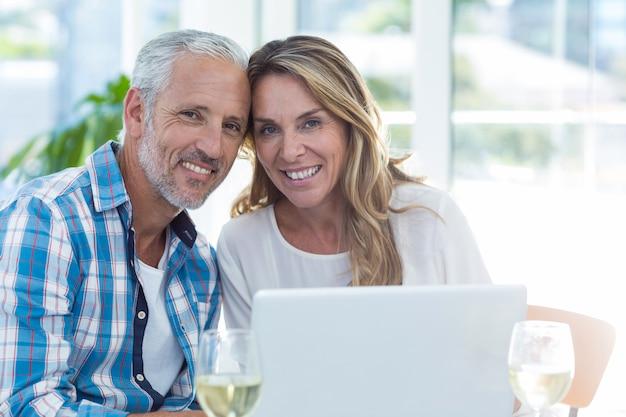 Couples mûrs, séance table, dans, restaurant