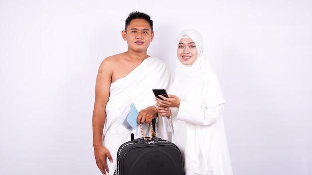 Les couples musulmans sont regardés téléphone isolé