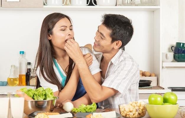 Couples et nourriture. cuisiner dans la cuisine. aliments. repas.