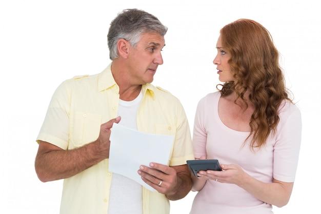 Couples occasionnels travaillant leurs factures
