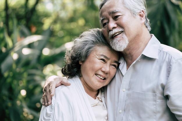Couples de personnes âgées dansent ensemble