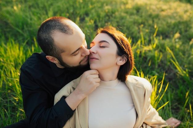 Couples profitant du temps ensemble dans un parc