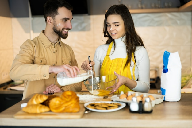 Les couples s'amusent en cuisinant et semblent heureux d'être ensemble. en outre, ils ont l'air en bonne santé car ils n'utilisent que de la nutrition et des aliments frais.