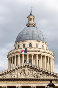 Coupole du panthéon parisien avec le drapeau français