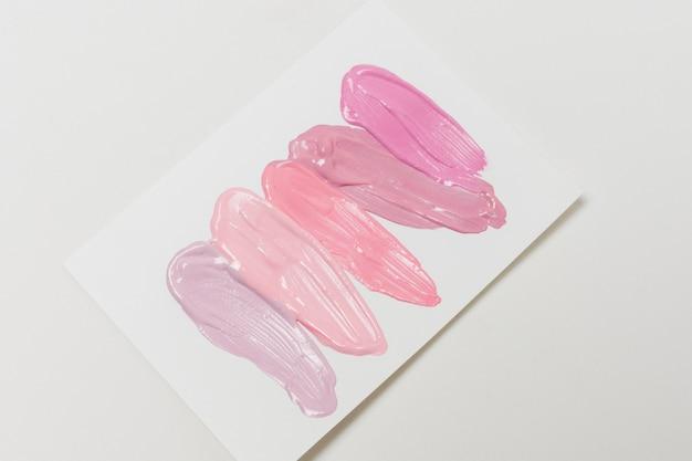 Coups de brillant à lèvres sur papier