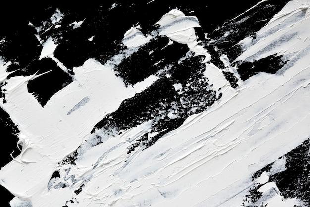 Coups de pinceau expressifs blancs de peinture à l'huile se bouchent sur fond noir