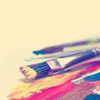 Coups de pinceau et pinceau sur fond clair - style rétro