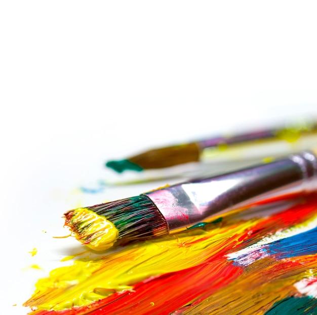 Coups de pinceau et pinceau sur fond clair