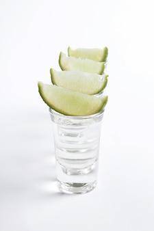 Coups de tequila avec des tranches de citron vert