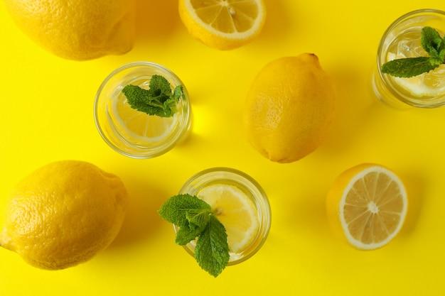 Coups avec tranche de citron et menthe sur fond jaune