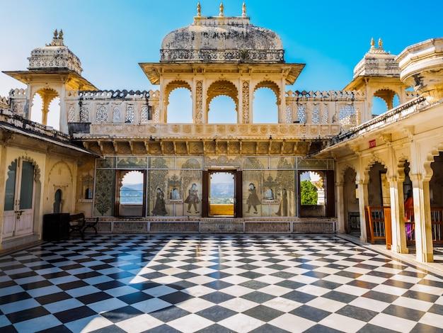 Cour au palais de la ville d'udaipur à udaipur, rajasthan, inde