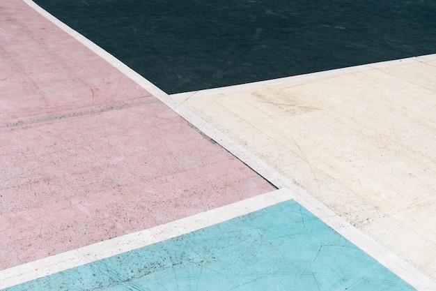 Cour de béton multicolore sur le terrain de jeu