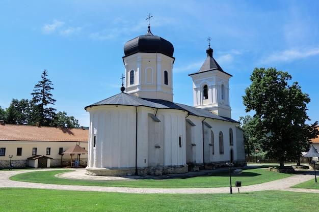 Cour du monastère dans un parc
