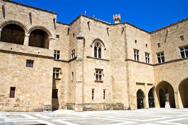 La cour du palais du grand maître de l'ordre de saint-jean