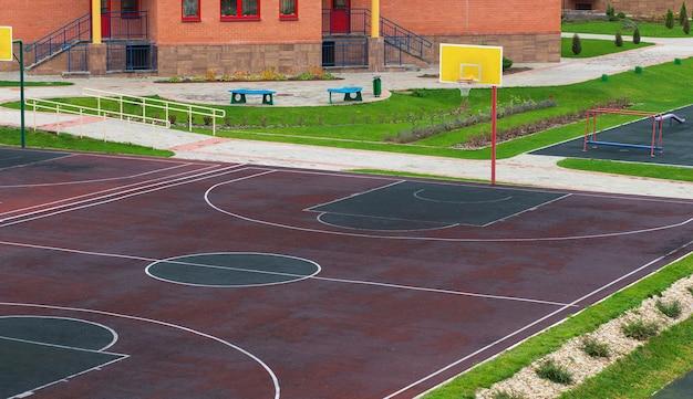 Cour d'école avec aire de jeux pour le basket. faire du sport à l'école