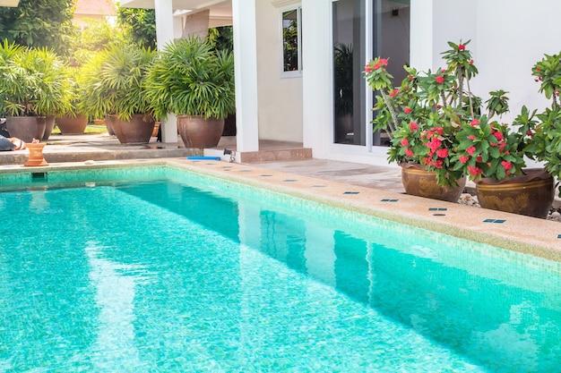Cour moderne d'une piscine avec maison