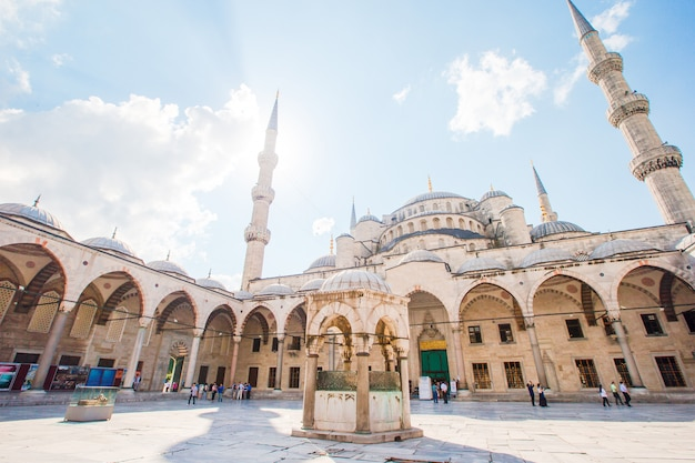 Cour de la mosquée bleue - sultan ahmed ou mosquée du sultan ahmet dans la ville d'istanbul.