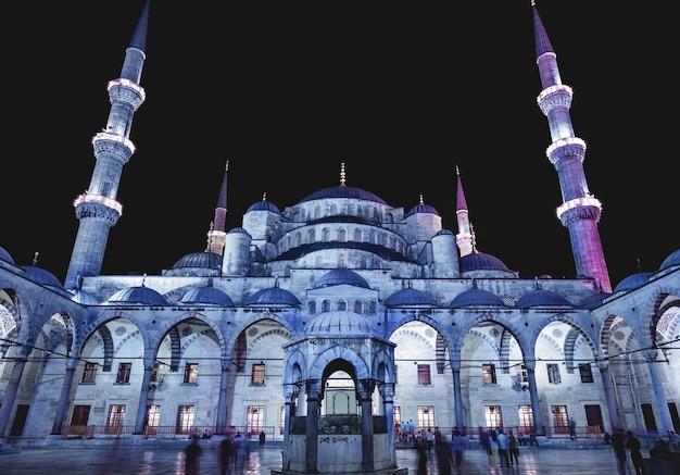 Cour de la mosquée bleue sultanahmet camii au crépuscule istanbul turquie
